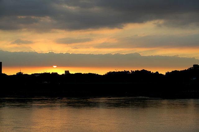 河邊看夕陽